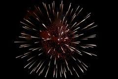 Яркий красно-желтый взрыв фейерверков стоковые фото