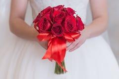 Яркий красный букет роз и дыхания ` s младенца с стразами Стоковое Изображение RF