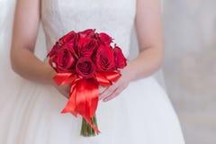 Яркий красный букет роз и дыхания ` s младенца с стразами Стоковые Изображения RF