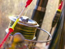 Яркий красный желтый поплавок и конец-вверх вьюрка рыбной ловли стоковое изображение rf