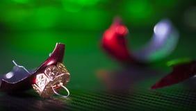 Яркий красный и сломленный орнамент Стоковое Изображение RF