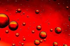 Яркий красный цвет и масло и вода золота конспект Стоковая Фотография RF