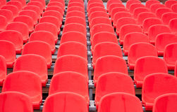 яркий красный цвет усаживает стадион Стоковые Фото