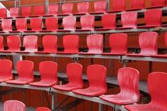 яркий красный цвет усаживает стадион Стоковая Фотография RF