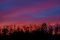 Яркий красочный заход солнца в горах Стоковое Изображение