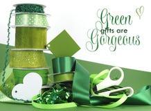 Яркий красочный зеленый оборачивать подарка темы Стоковое Изображение RF