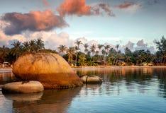 Яркий красочный сногсшибательный заход солнца на тропическом пляже на paradis Стоковые Изображения RF