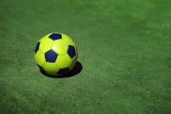 Яркий красочный футбольный мяч на предпосылке зеленой травы тренировки стадиона, спортивной площадки, космоса экземпляра, резвитс стоковая фотография