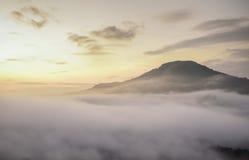 Яркий насыщенный рассвет цвета над морем тумана над mounta Стоковые Фотографии RF
