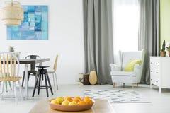 Яркий домашний интерьер с таблицей Стоковая Фотография