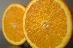 Яркий оранжевый сочный зрелый апельсин стоковые изображения