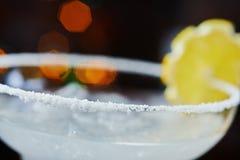 Яркий освежая дайкири коктеиля на таблице в ресторане с творческим украшением оранжевых кусков и льде на деревянном столе Стоковое Фото