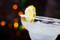 Яркий освежая дайкири коктеиля на таблице в ресторане с творческим украшением оранжевых кусков и льде на деревянном столе Стоковая Фотография RF