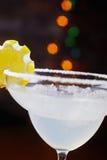Яркий освежая дайкири коктеиля на таблице в ресторане с творческим украшением оранжевых кусков и льде на деревянном столе Стоковые Изображения