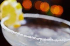 Яркий освежая дайкири коктеиля на таблице в ресторане с творческим украшением оранжевых кусков и льде на деревянном столе Стоковое Изображение