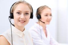 Яркий офис центра телефонного обслуживания 2 белокурых женщины в шлемофоне Стоковые Фото
