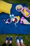 Яркий пикник на природ-цветках, очень вкусная еда, любящая пара стоковая фотография