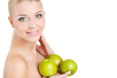 Яркий портрет весны счастливой здоровой женщины держа яблоко Стоковое Изображение RF