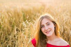 Яркий портрет счастливой молодой женщины на поле лета Стоковые Изображения