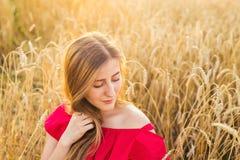 Яркий портрет счастливой молодой женщины на поле лета Стоковое Изображение RF