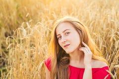 Яркий портрет счастливой молодой женщины на поле лета Стоковые Фото