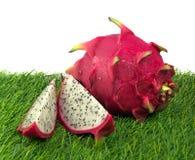 Яркий плодоовощ дракона на траве Стоковое Фото
