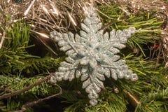 Яркий серебр 6 украшений звезды пункта на рождественской елке Стоковая Фотография