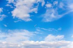 Яркий солнечный летний день в высоком голубом небе Стоковое Изображение