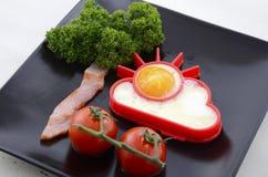 Яркий счастливый завтрак с солнечным деревом яичка и бекона Стоковое Фото