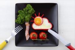 Яркий счастливый завтрак с солнечным деревом яичка и бекона Стоковое Изображение RF