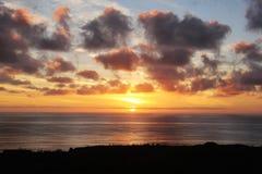 Яркий Тихий океан заход солнца Стоковые Изображения