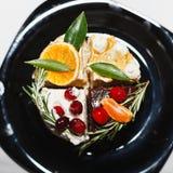 Яркий торт 4 на черной плите Стоковые Фото