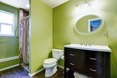 Яркий ый-зелен интерьер ванной комнаты Стоковые Изображения RF