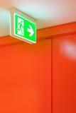 Яркий ый-зелен сигнал выхода безопасности Стоковые Фотографии RF