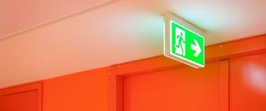 Яркий ый-зелен сигнал выхода безопасности Стоковое фото RF