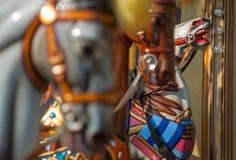 Яркий carousel в парке праздника Лошади на традиционном carousel года сбора винограда ярмарочной площади Стоковые Фото