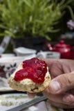 Яркий cream чай в внешнем кафе Стоковое фото RF