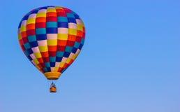 Яркий Multi покрашенный горячий воздушный шар Стоковое Изображение