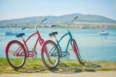 2 ярких велосипеда на предпосылке моря Стоковые Фотографии RF