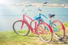 2 ярких велосипеда на предпосылке моря Стоковое Фото