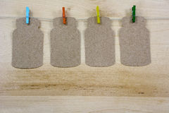 4 ярких зажимки для белья на веревочке с примечаниями Стоковое Изображение RF