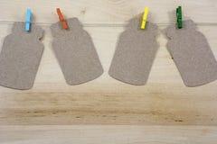 4 ярких красочных зажимки для белья на веревочке с примечаниями Стоковые Изображения