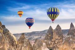 3 ярких пестротканых горячих воздушного шара летая в небо Стоковое фото RF