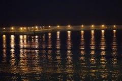 Яркое влияние со светами гавани ираклиона в Крите стоковое изображение