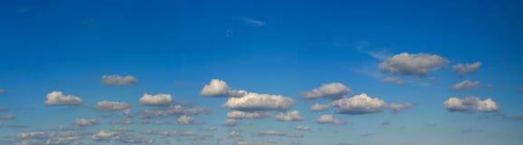 яркое высокое небо разрешения панорамы Стоковая Фотография