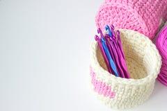 Яркое вязание крючком кладет крюки в коробку вязания крючком amd с номером Картина консультации ткани вязания крючком пинка и бел Стоковые Изображения RF