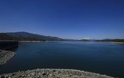Яркое голубое озеро и небо Стоковые Изображения RF