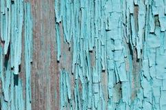 яркое голубое шелушение краски от древесины Стоковые Фотографии RF