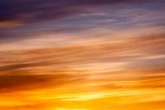 Яркое померанцовое и желтое небо захода солнца цветов Стоковое Изображение