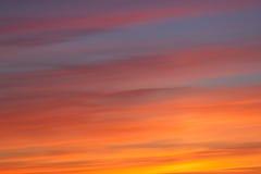 Яркое померанцовое и желтое небо захода солнца цветов Стоковые Изображения RF